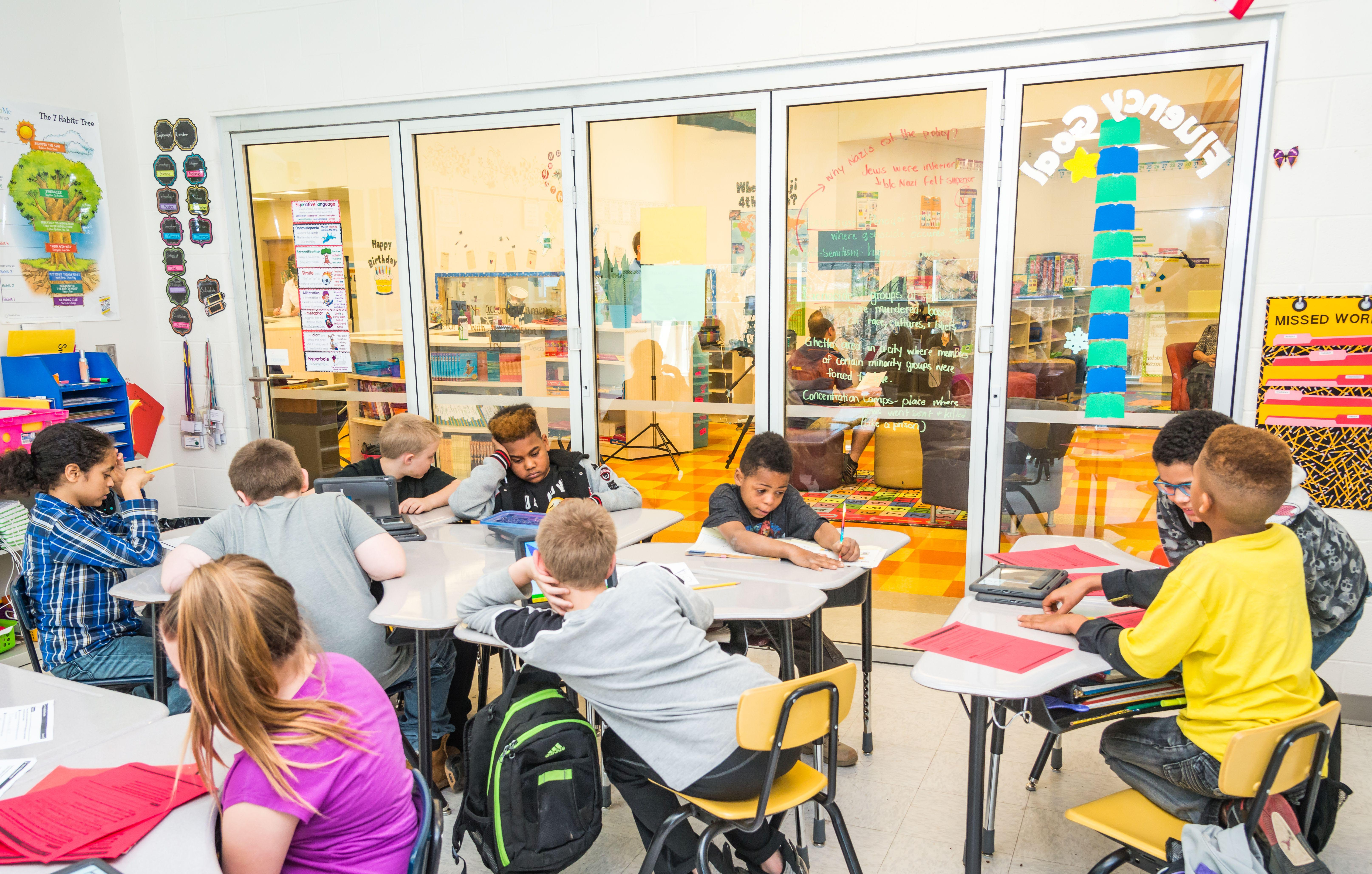 Acoustics-in-the-classroom-controlled-with-folding-glass-walls