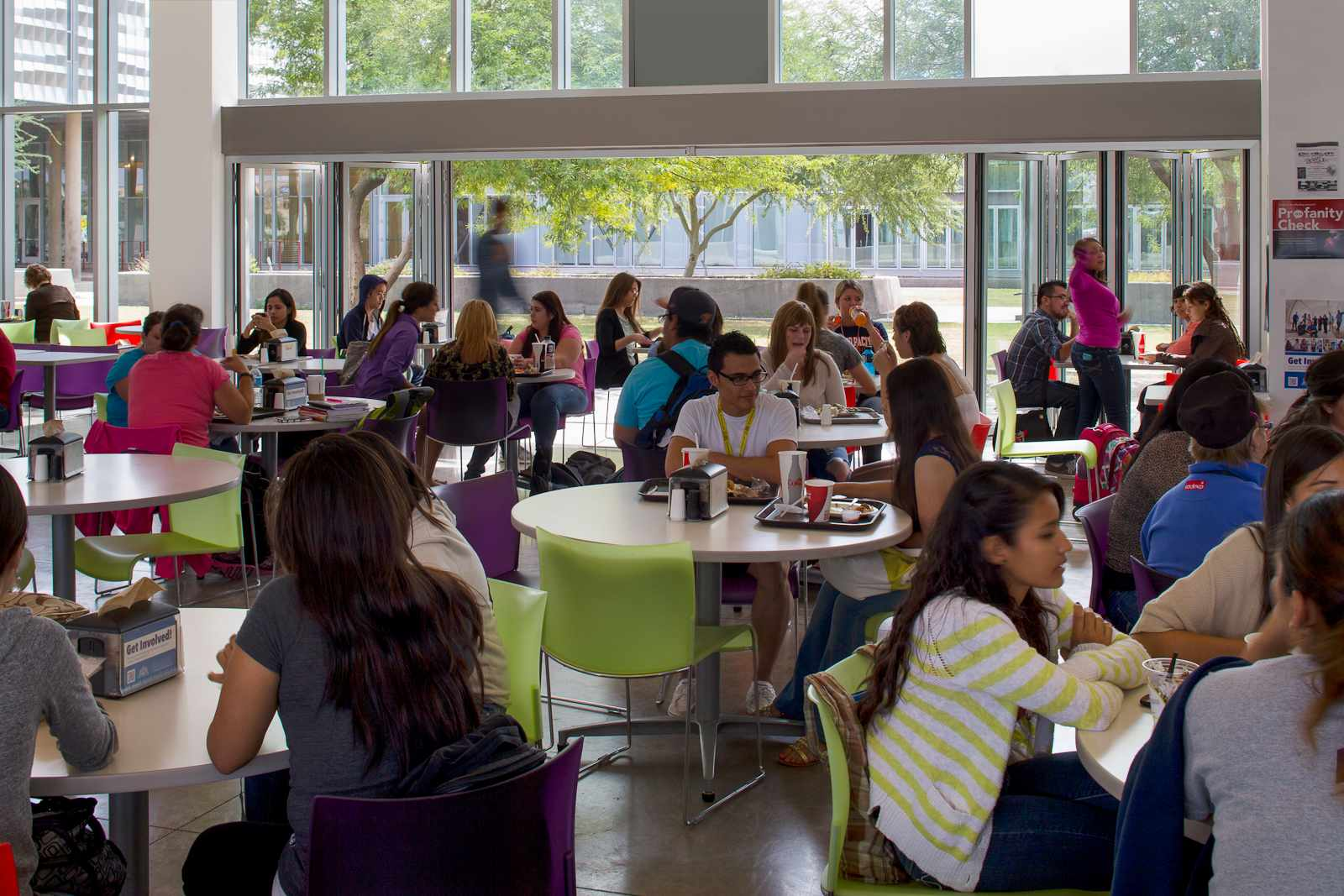 Biophilic-design-in-school-cafeteria
